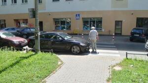 BMW porzucone na zebrze na Mokotowie