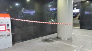 Przeciek na stacji metra, woda na posadzce