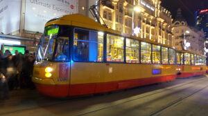 """Awantura w tramwaju. """"Pasażer kopnął w drzwi, stłukł szybę"""""""