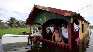 Zmagają się z ogromną powodzią. Poziomy wody biją kolejne rekordy