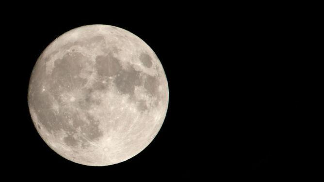 Tej nocy Uran obok Księżyca w pełni